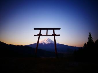 天空の鳥居 と 朝焼けの富士【河口浅間神社 遥拝所】